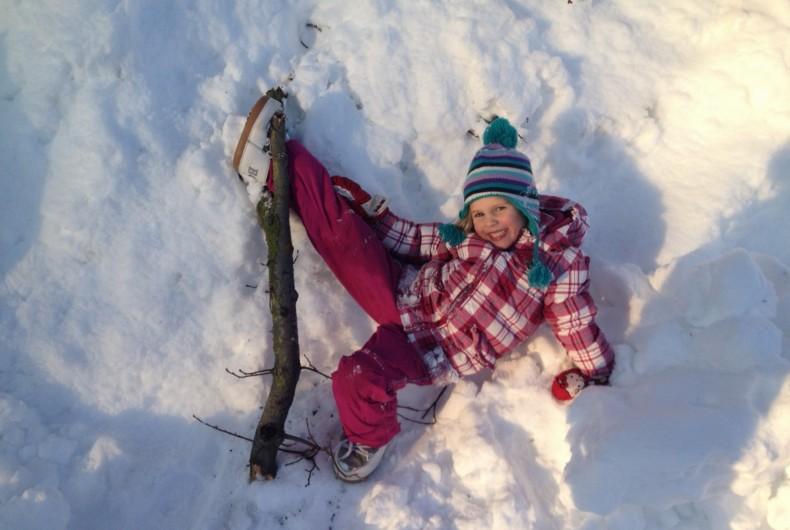Spielen im Schnee im Urlaub am Bauernhof